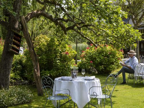 Auberge la Source - Restaurant under the apple trees