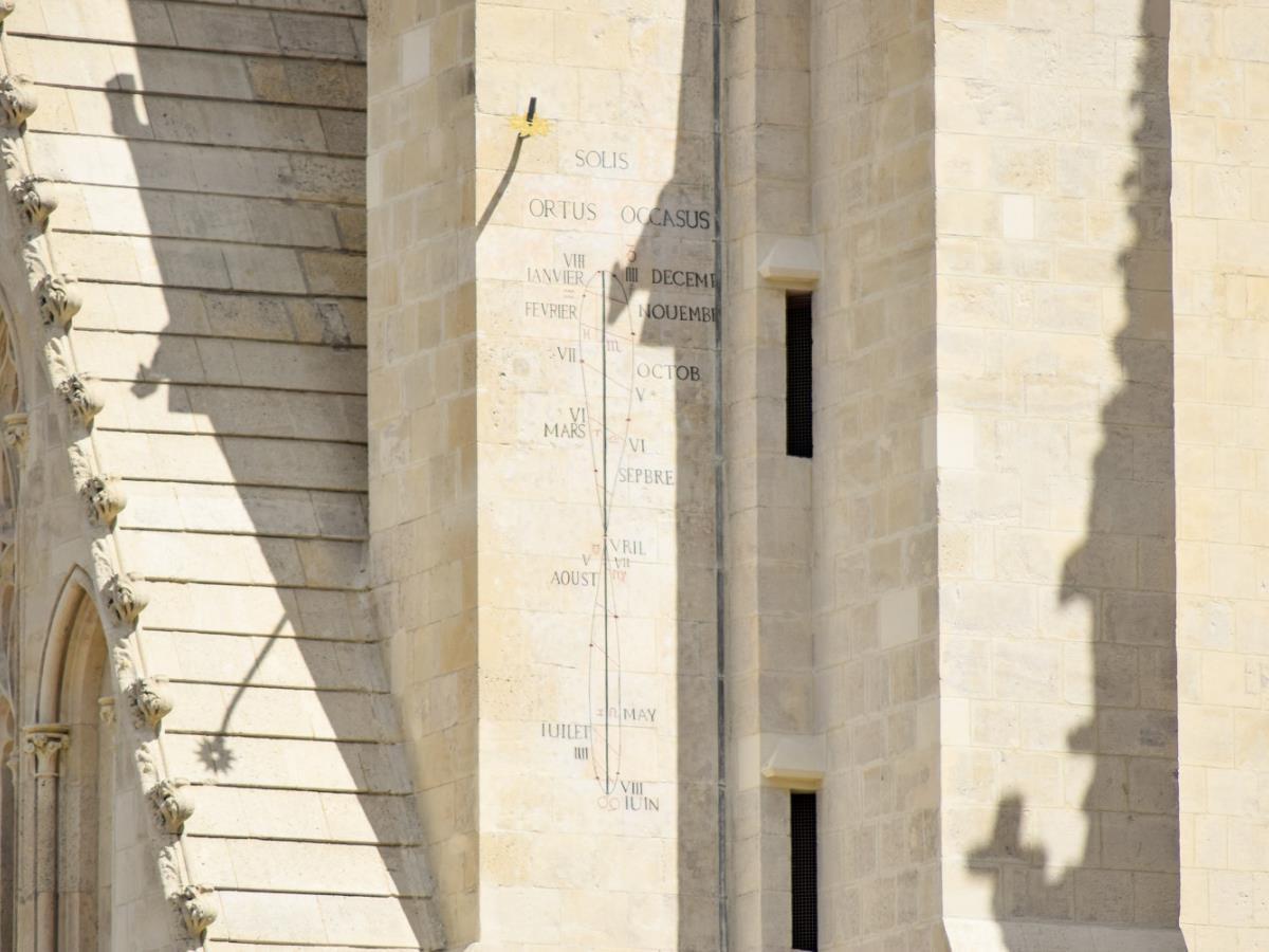493875-Cadran_solaire_de_l_Eglise_Saint_Pierre-Caen_la_mer_Tourisme___Alix_JONET-1500px