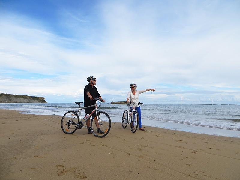 Cyclistes à la plages - ©Locvélo