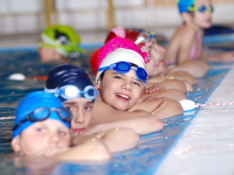 Enfants à la piscine - ©Thinkstock