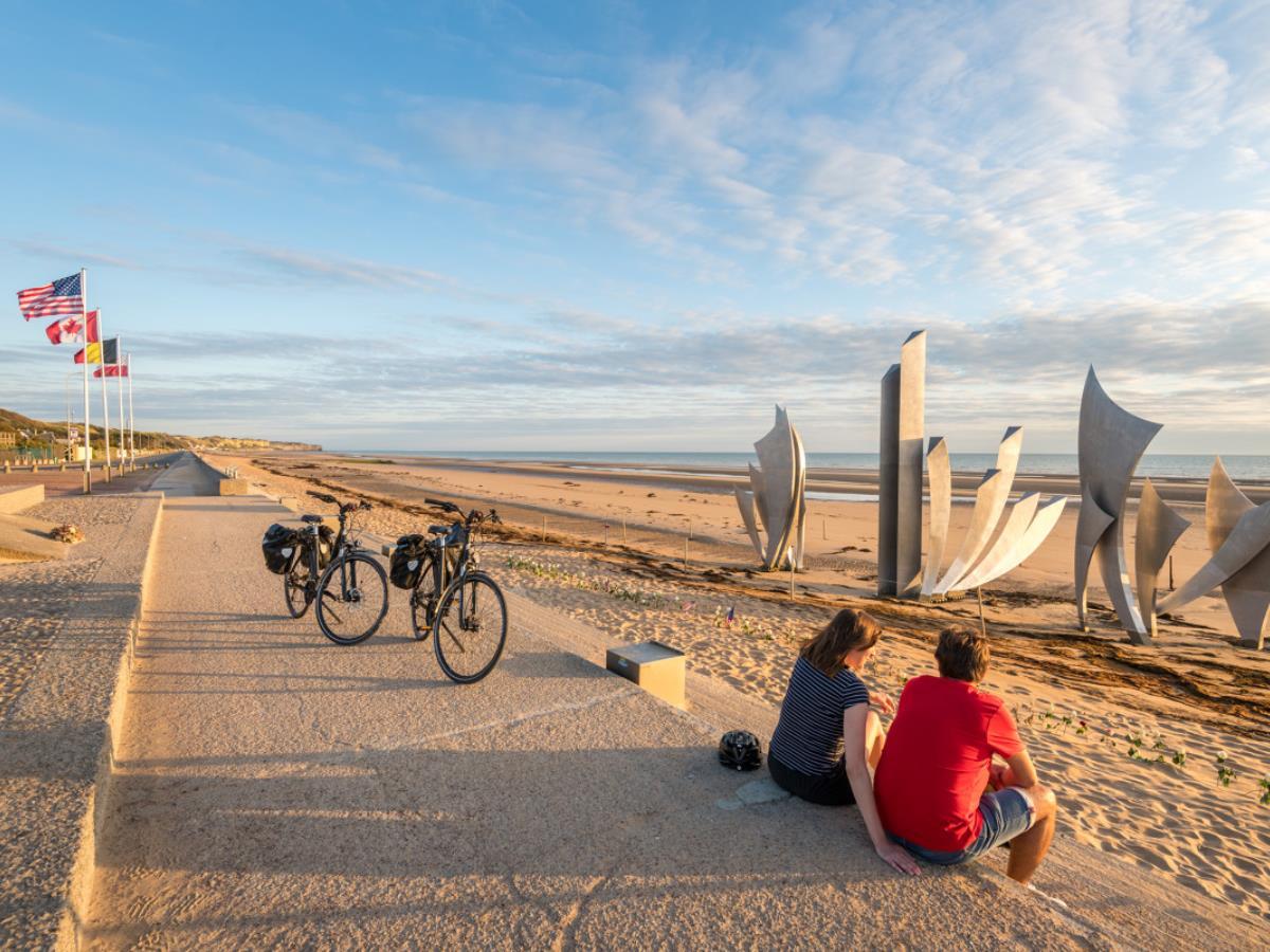 Velo_sur_Omaha_Beach-EV4-Emmanuel_Berthier-1200px (1)